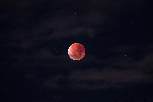 月が赤く見える理由