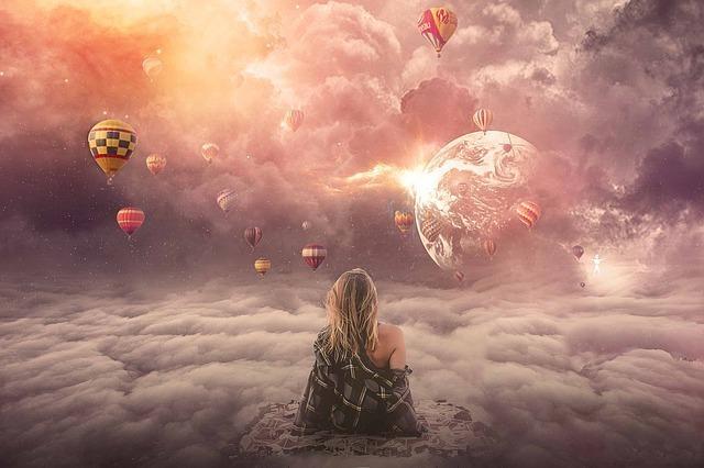 神秘的な空を眺める女性