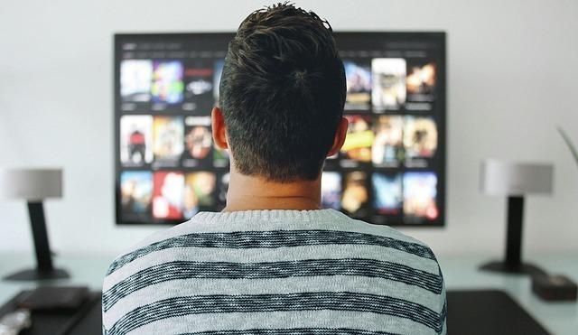 テレビを見る男性
