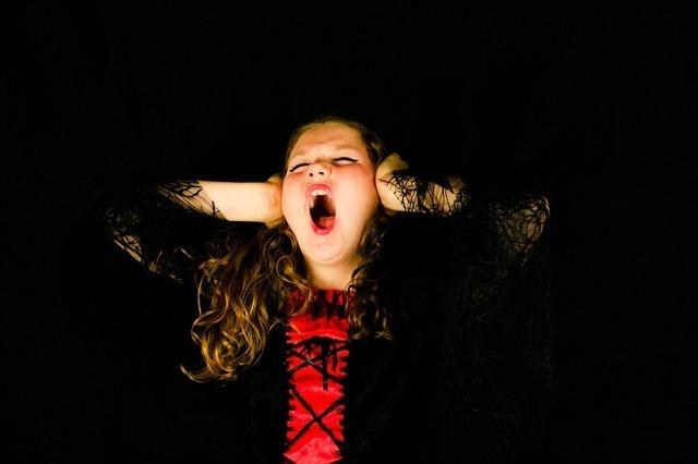 叫ぶ女の子