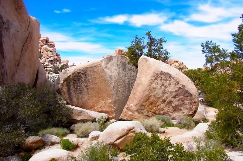 割れた大岩