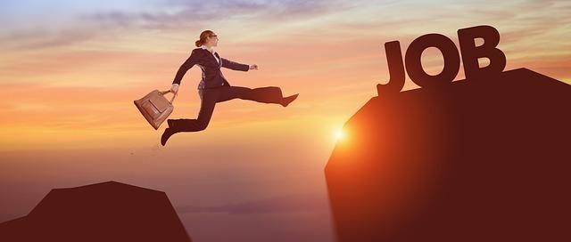 ジャンプするビジネスパーソン