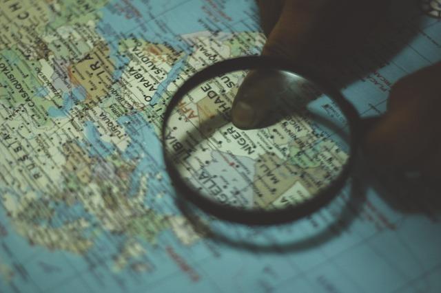 世界地図と虫眼鏡