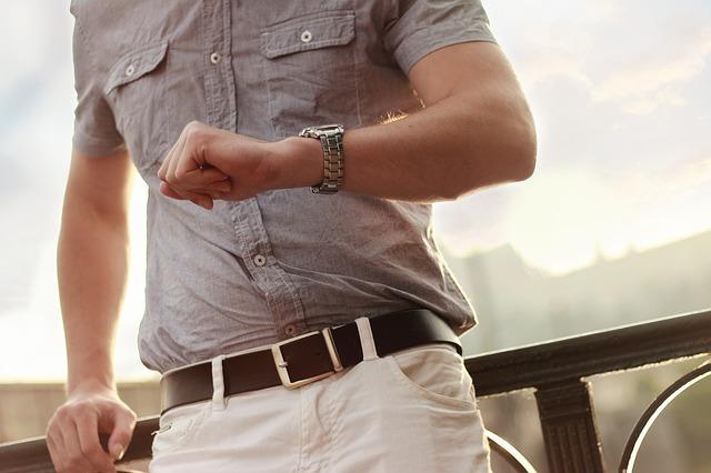 腕時計を気にする男性