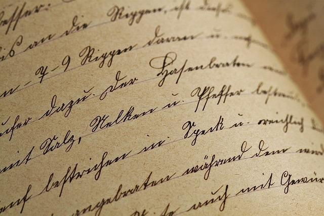 筆記体がつづられたノート