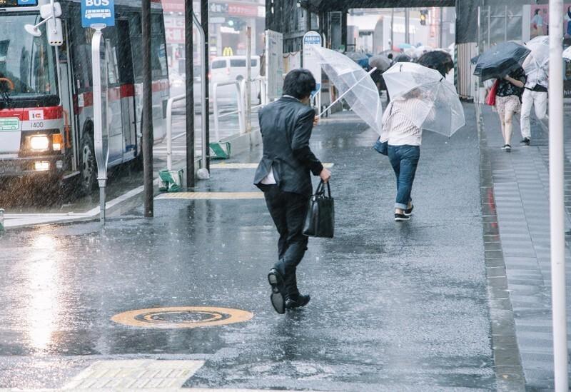 北海道弁「すごい雨が降ってきたから、服も足元もわやだべさ。」