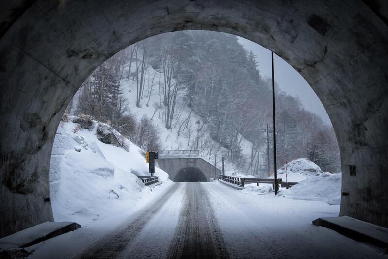 雪山のトンネル