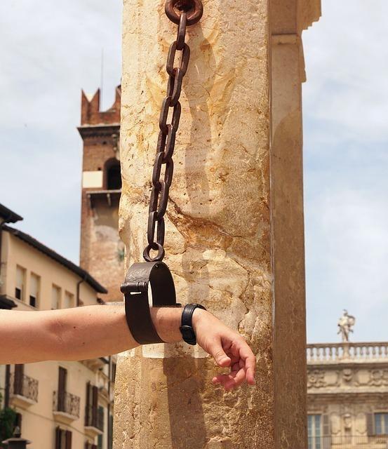 鎖に繋がれた手