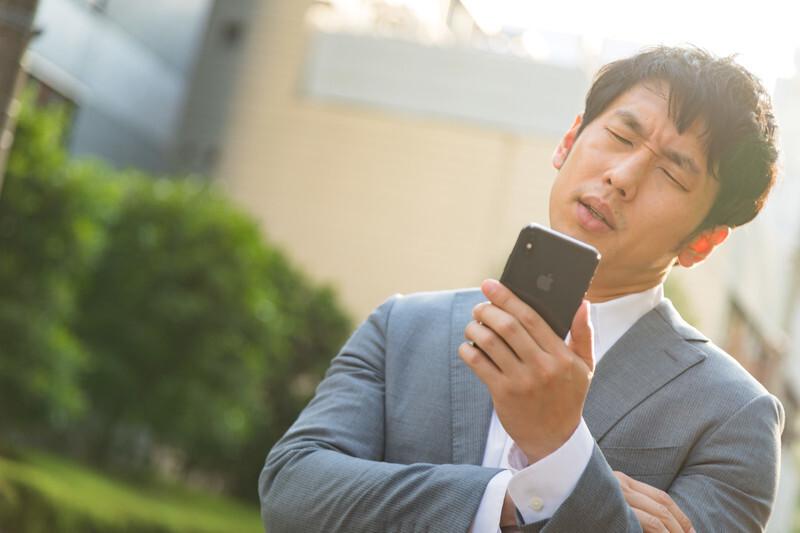仕事に遅れてしまう「どうしよう」という表情をする男性