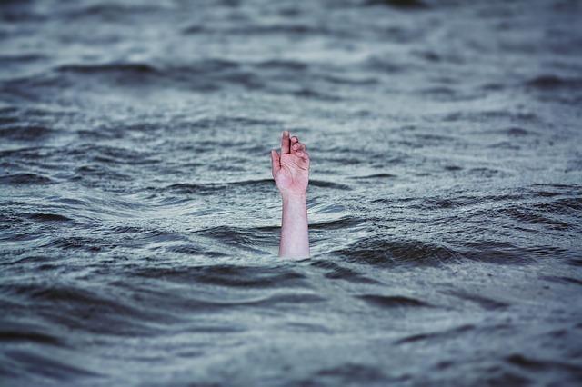 波から人の手
