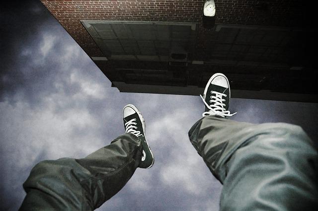 落下する人の足