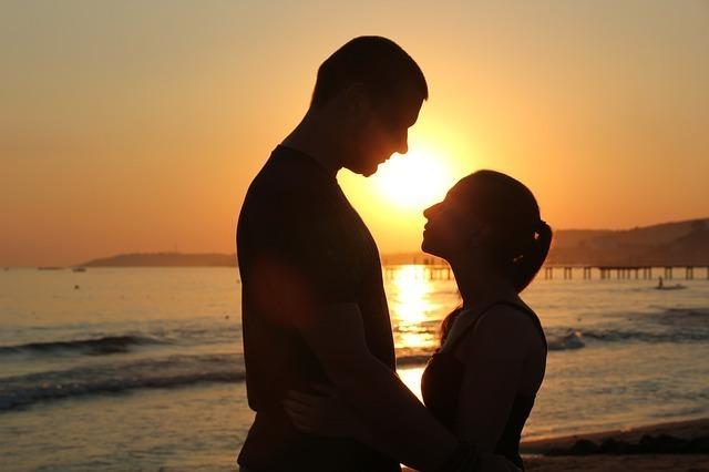 海岸で見つめ合うカップル