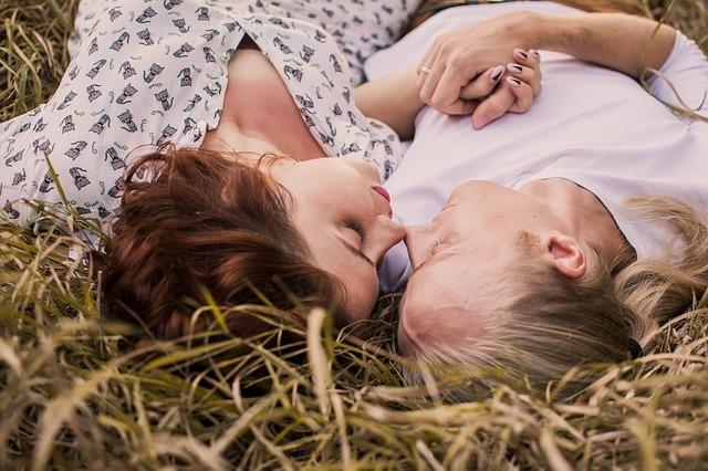 原っぱで寝ているカップル