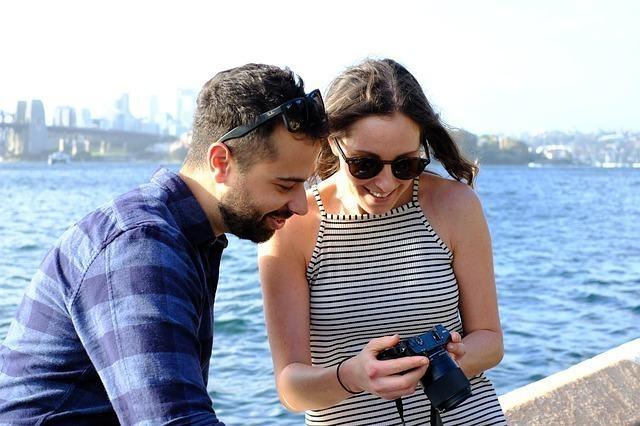 カメラを覗き込むカップル