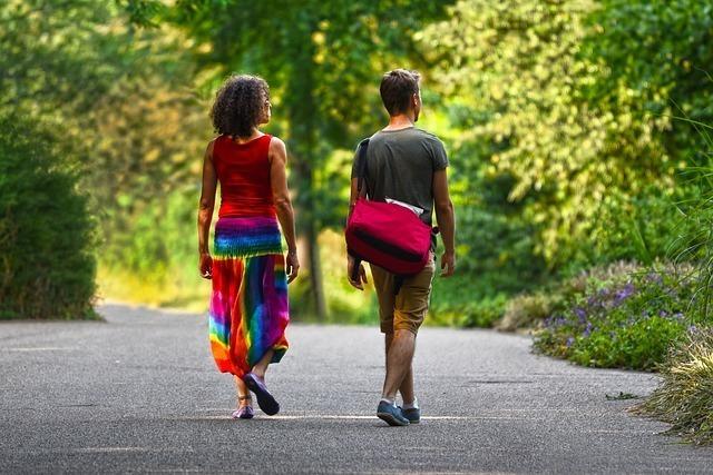 道路を歩く後ろ姿のカップル