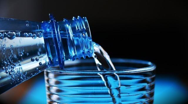 ボトルから水を注ぐ
