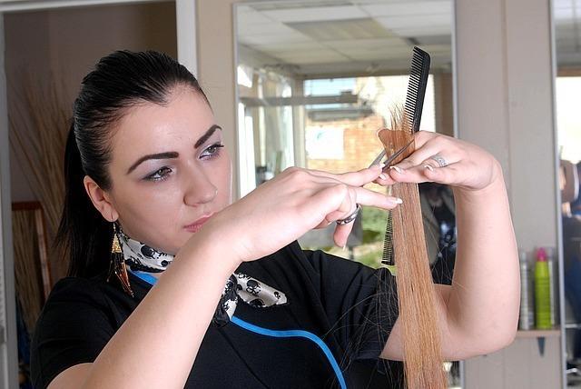 友人の髪を切る夢