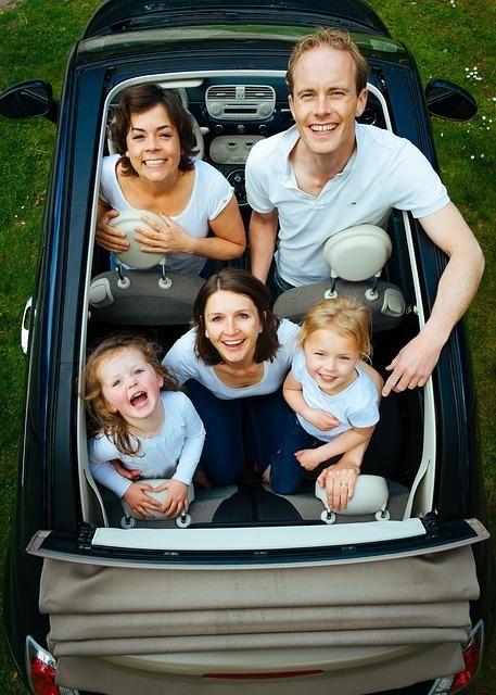 オープンカーに乗っている家族