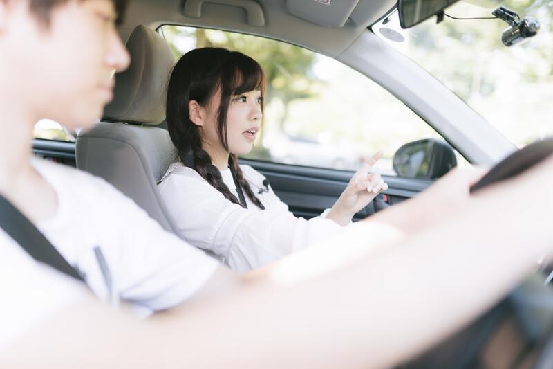 助手席で話している女性と運転する男性