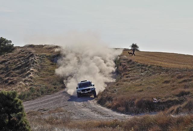砂利道を猛スピードで走る車