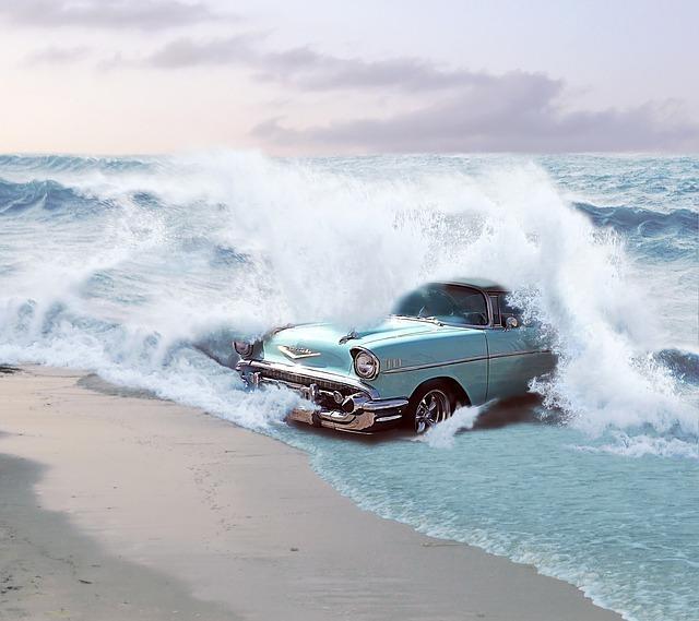 波にのまれる車