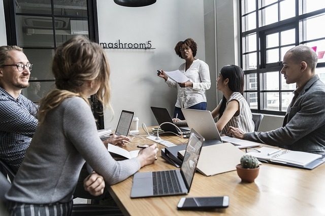 ビジネスシーンでは「進捗確認の目印」としての意味