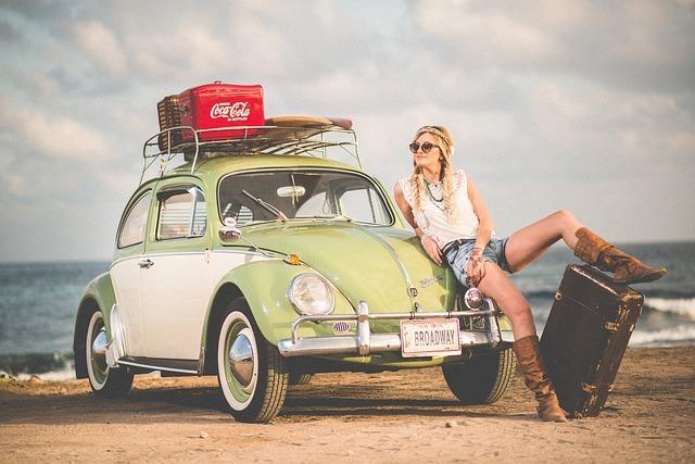 海岸に停まっている車と女性
