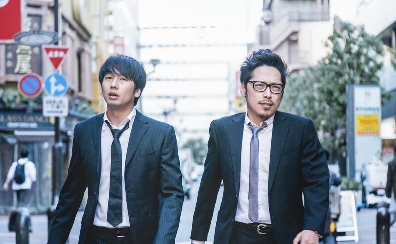 歩いている二人の男性