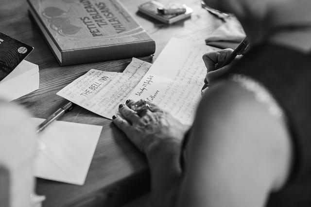 手紙を何度も書き直す夢
