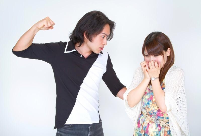 女性に殴りかかる男性