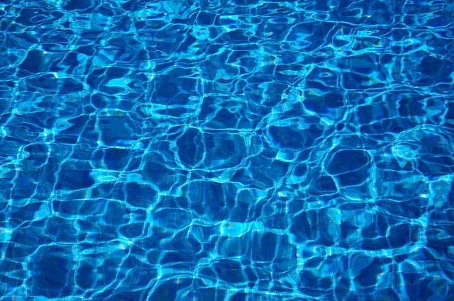 水面が波打っているプールの夢