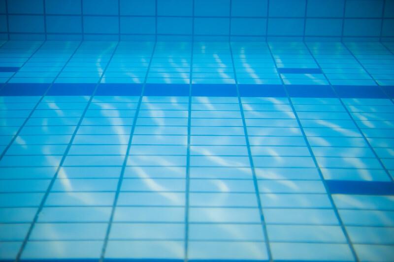 【夢占い】プールに飛び込む夢