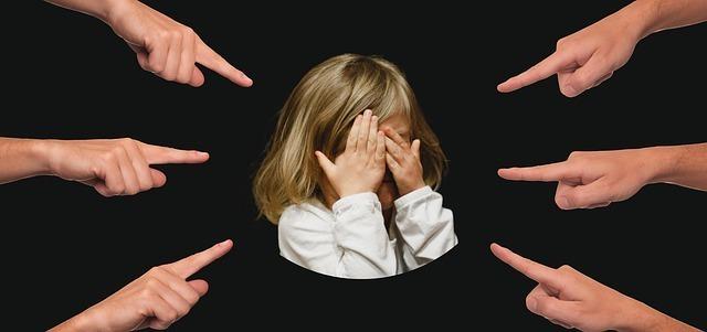 指を差される少女