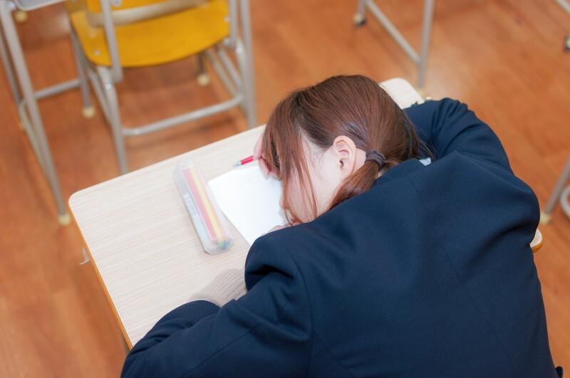 授業中に寝る女子高生