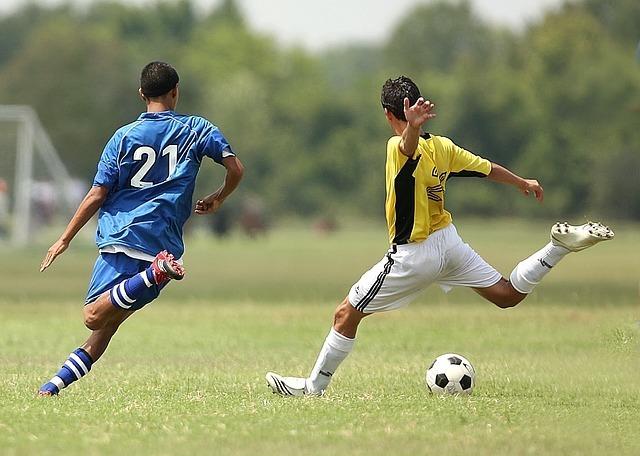 サッカーをする男子たち