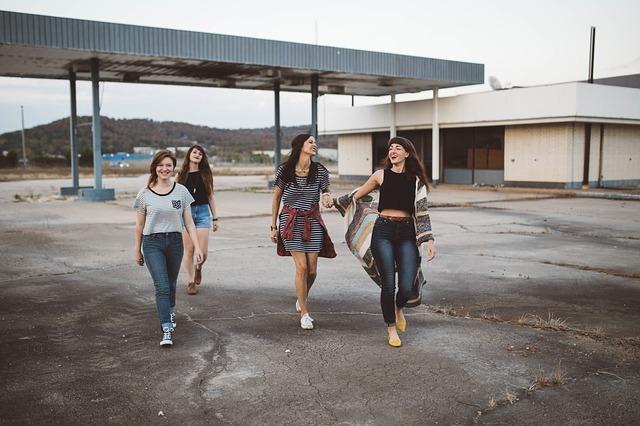 一緒に歩く女性たち