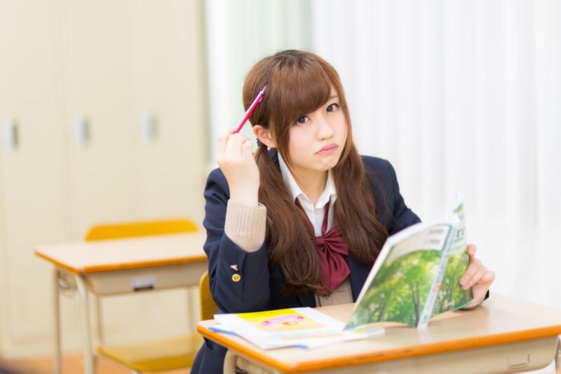 勉強する女子学生