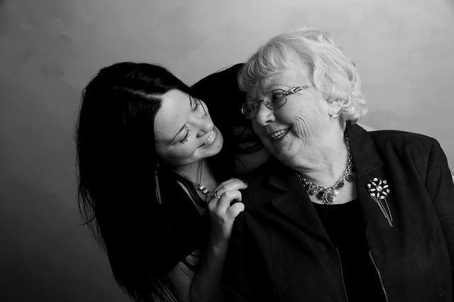 祖母と話す女性