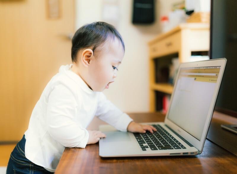 PCを操作す子供