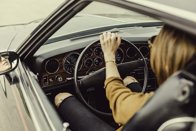 自動車を運転する人