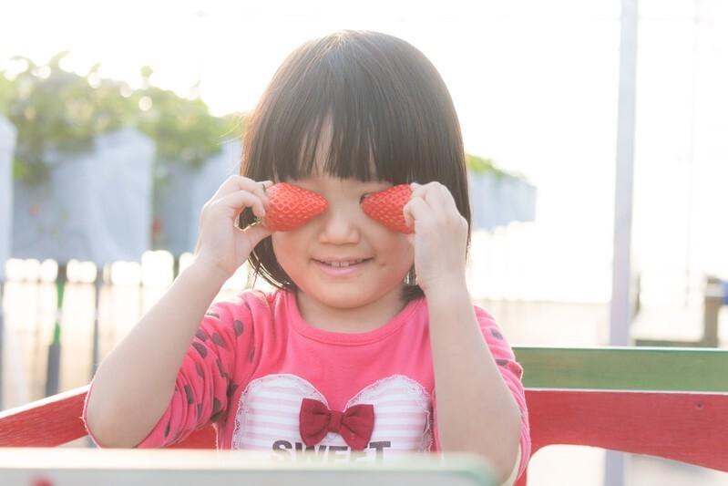 果物で目を隠す少女