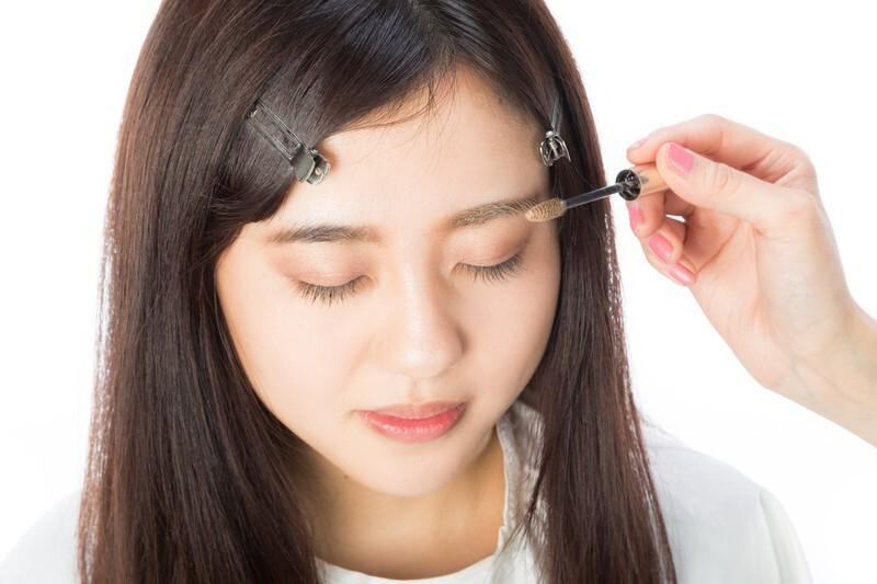 眉毛の手入れをする女性